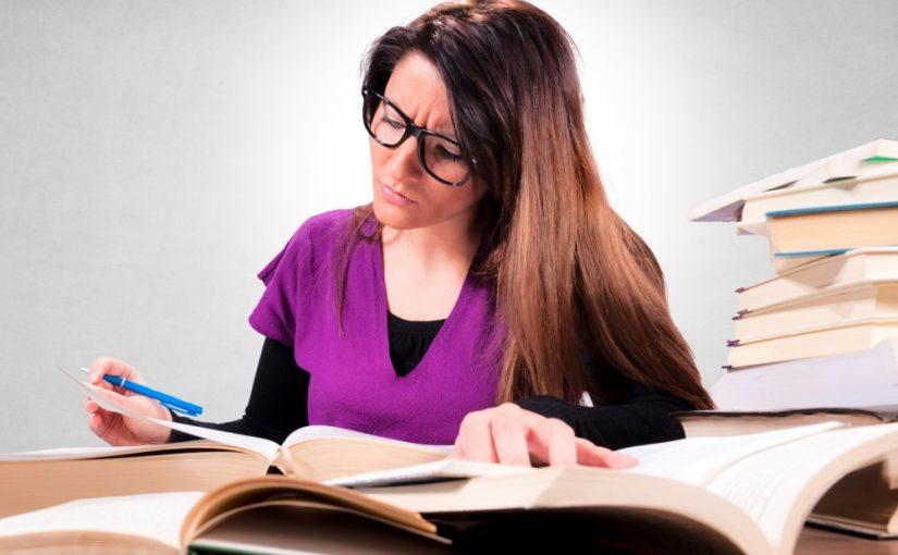 Kvinde der studerer